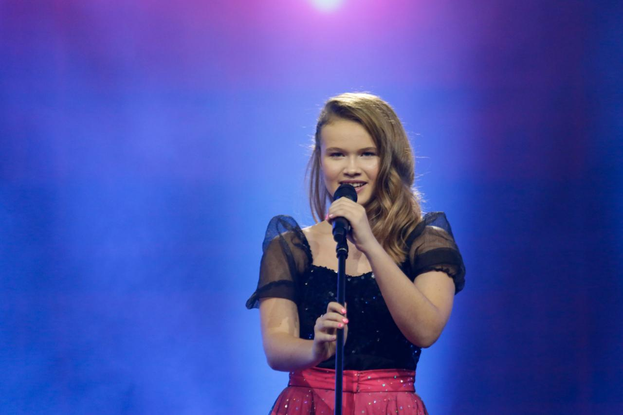 Welsh participant Erin Mai on stage again with 'Calon yn Curo (Heart Beating)'